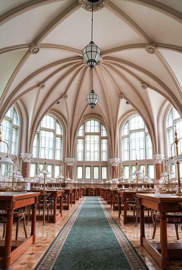 画像: ブダペスト工科経済大学の図書館。同大学のシャム・ペッツ教授によって設計されたもので、彼はブダペスト中央市場の設計者でもある