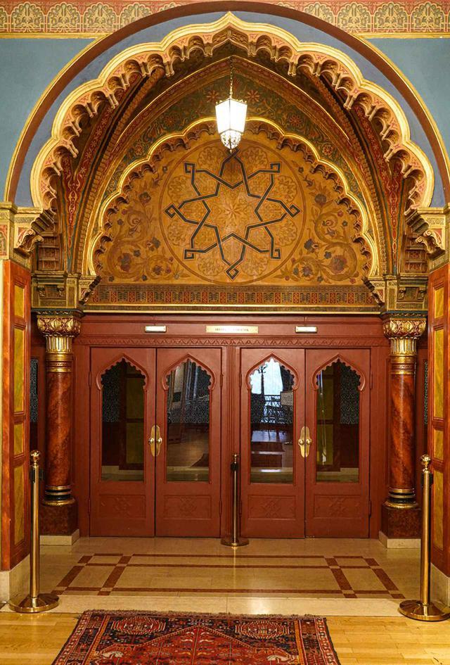 画像: ウラーニア映画館のメインホールの2階。ここは1890年代、ヴェネツィア・ゴシック様式にアラブの要素を取り入れる形で建造された