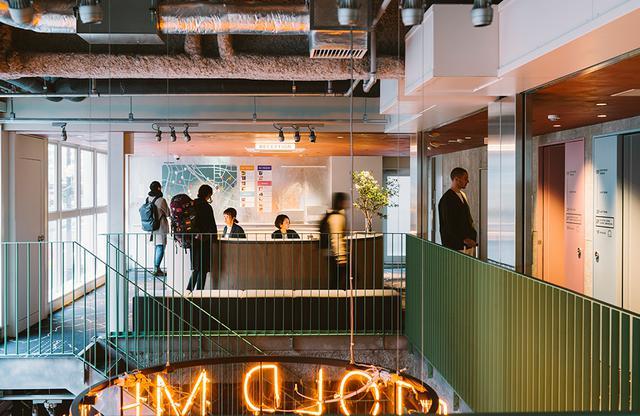 画像: 2階に設けられた円形の宿泊者専用レセプション。ラウンド型のオープンな雰囲気のカウンターでチェックイン、アウト