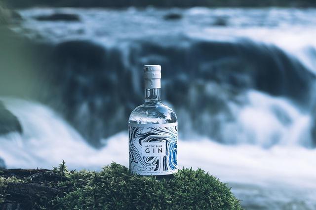 画像: 「アークティック ブルー ジン」¥6,000(小売り価格・税込) <500ml、アルコール度数:46.2%> 北極地方の雪解け水と野生のビルベリーなどが原料 PHOTOGRAPHS: COURTESY OF ARTIC BLUE GIN