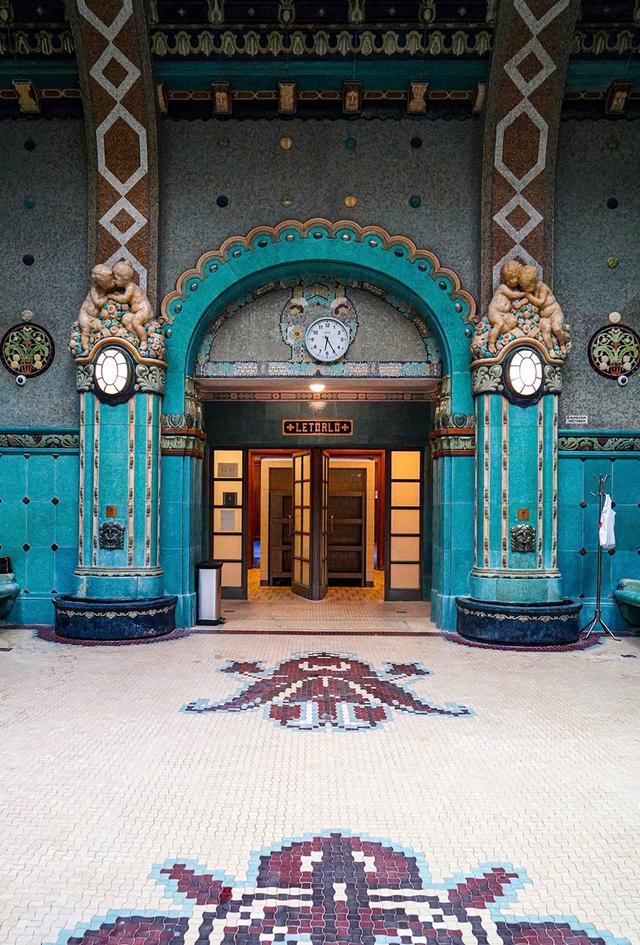 画像: 大理石の高い柱、天井のアーチ、ステンドグラスの窓、また 浴槽のモザイクタイルなど装飾も素晴らしい