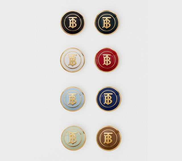 画像: 「トーマス・バーバリー モノグラム」をあしらったボタンは8色展開。組み合わせ次第で、自分だけの特別な一着が完成する。納品までには約14日間かかる PHOTOGRAPHS: COURTESY OF BURBERRY