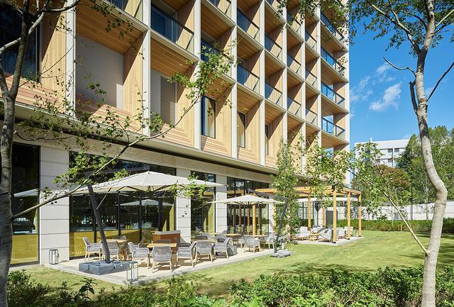 画像: 庭園に造られた快適なテラス席、ティータイムも食事も好天の日には快適な空間