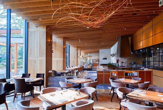 画像: イタリア料理と日本の融合を表現する和洋料理の数々を提供。リーズナブルで美味しいと好評のレストランには、焼き立てパンを売るベーカリーショップも併設 PHOTOGRAPHS: COURTESY OF MITSUI GARDEN HOTEL JINGUGAIEN TOKYO PREMIER