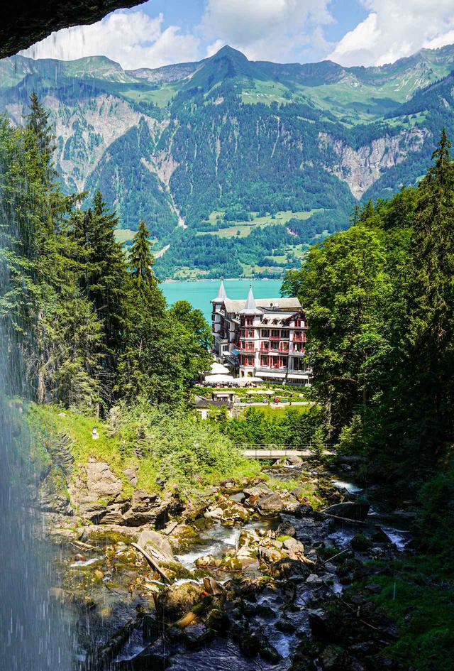 画像: ギースバッハの滝。写真は、滝の裏手から見たギースバッハ ホテル。ホテルまでは徒歩15分ほどだ