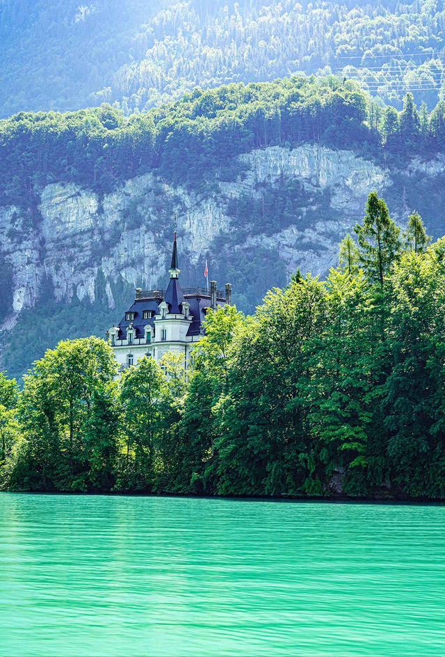 画像: 湖からの景色。クルージングツアーでは美しい風景を眺めながら、いくつかの名所に立ち寄ることができる