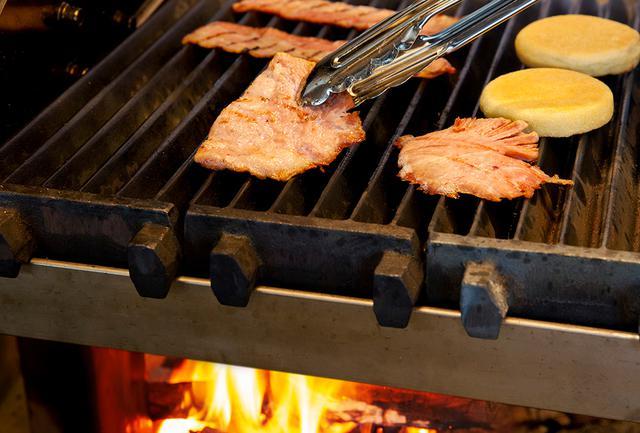 画像: 骨付きモモ肉のハムやソーセージ、ベーコンなど、薪火で炙ったほどよい燻煙香に食欲をそそられる