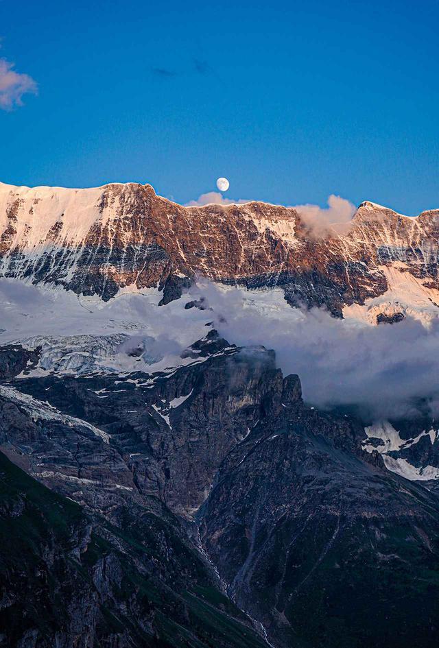 画像: 千変万化の表情を魅せる、山の風景。写真は22時頃の部屋のバルコニーからの眺め。山の上に輝く壮麗な月と、その光に照らされ限りなく青い空の様子