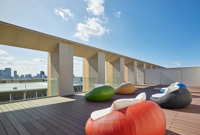 画像: 最上階の屋上テラスからは都心のパノラマを遠望。とりわけ空を染めるサンセット・タイムは美しい