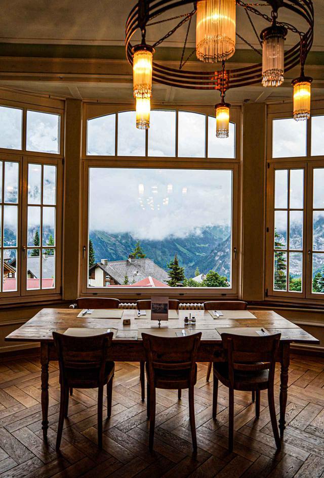 画像: ユーゲント・シュティール様式のダイニングホール。霧に包まれた村や山々の景色を見下ろしながらの、牛乳とフレッシュチーズ、おいしいパンの朝食は秘かな愉しみ