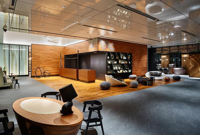画像: 広いスペースのロビーはスタイリッシュでアートの薫り。奥に見えるのがテラス席を併設したレストラン「RISTORANTE & BAR E'VOLTA(リストランテ&バー エボルタ)」