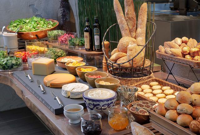 画像: 店内で焼き上げる自家製パンが好評の朝食。和食も揃う豊富なメニューが自慢