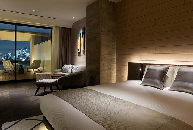 画像: 「ジュニアスイートキング」<46.5㎡> シックでエレガントな客室は、バルコニーが快適。都心の夜景も大いに楽しめる