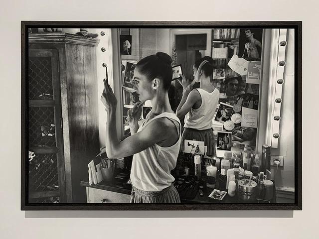 画像: 展示風景。《Confidences》シリーズのうち、当時ダンサーで現在芸術監督である、オーレリ・デュポンを楽屋で撮影したカット PHOTOGRAPH BY MASANOBU MATSUMOTO