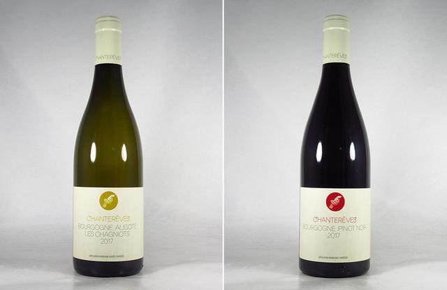 画像: (写真左)「シャントレーヴ ブルゴーニュ アリゴテ レ・シャニオ 2017」750ml ¥3,800 アリゴテ100%。ハーブやスダチなど、和の柑橘の香り。オート・コート・ド・ボーヌの自社畑から生まれるシャルドネ。ブドウはビオディナミで育てている (写真右)「シャントレーヴ ブルゴーニュ ピノ・ノワール 2017」<750ml>¥3,500 ※ 現在入荷待ち ピノ・ノワール100%。ピュリニー・モンラッシェのAC内で収穫されたブドウを使用。白ブドウの聖地で育つ黒ブドウを使っているところがユニーク。ラズベリーや赤スグリなどベリーの香りがチャーミング。酸も繊細 PHOTOGRAPHS:COURTESY OF LUC CORPORATION