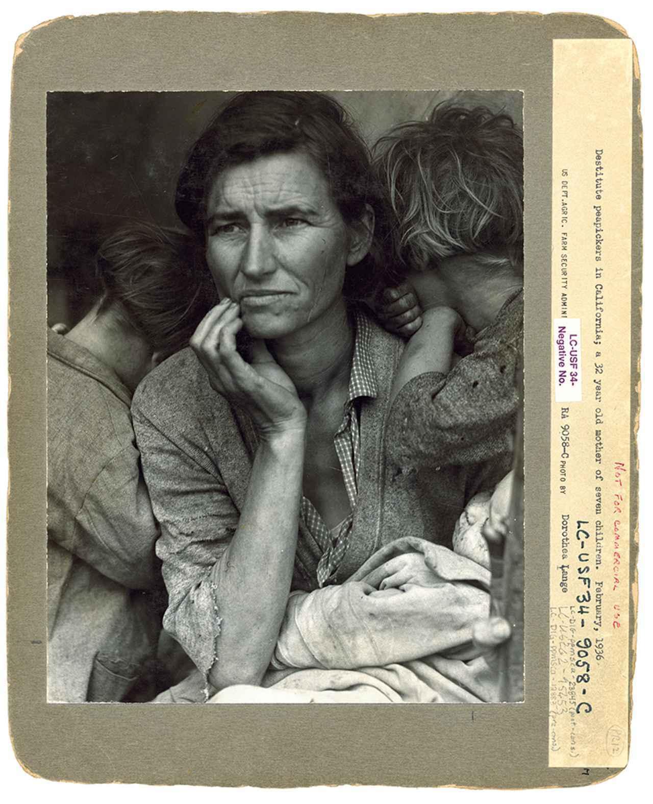 """画像: 米国議会図書館所蔵、ドロシア・ラング撮影《出稼ぎ労働者の母》(1936年)のファイルカード。彼女の全作品の中で圧倒的に有名な写真 DOROTHEA LANGE, """"DESTITUTE PEAPICKERS IN CALIFORNIA; A 32 YEAR OLD MOTHER OF SEVEN CHILDREN. FEBRUARY 1936 [SIC],"""" LIBRARY OF CONGRESS FILE CARD, CIRCA 1936. FARM SECURITY ADMINISTRATION–OFFICE OF WAR INFORMATION COLLECTION, LIBRARY OF CONGRESS, WASHINGTON, D.C."""