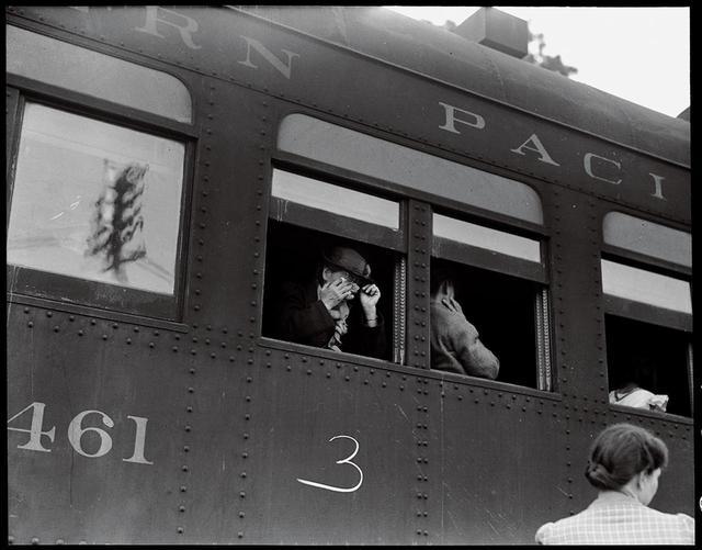 """画像: かつて検閲の対象となった1942年の作品。日系アメリカ人たちが強制収容所へ「隔離」されていく様子を写した一枚 DOROTHEA LANGE, """"WOODLAND, YOLO COUNTY, CALIF.,"""" MAY 20, 1942, COURTESY OF NATIONAL ARCHIVES PHOTO NO. 210-G-C514"""