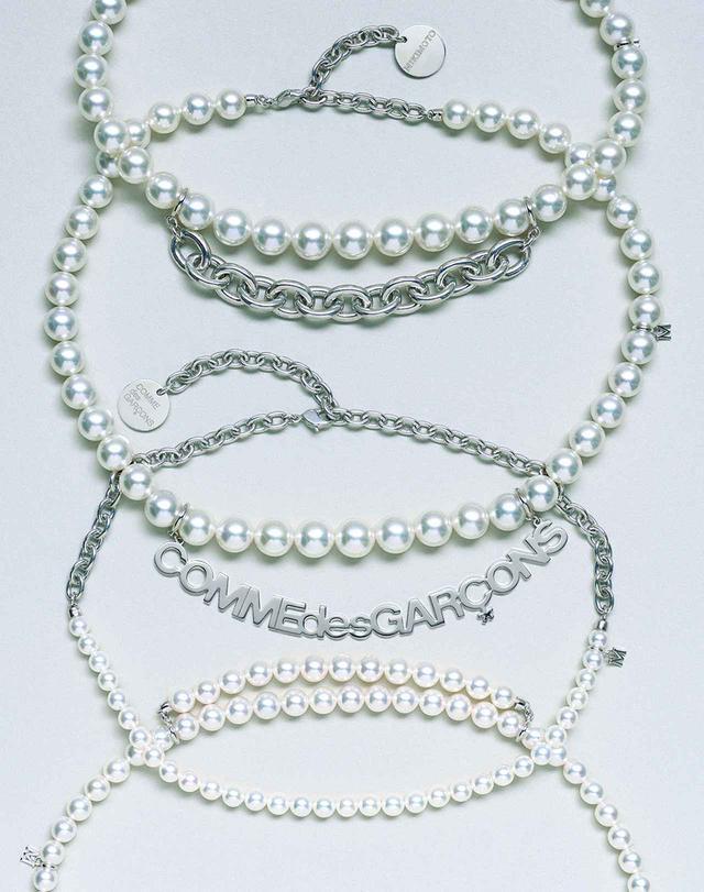 画像: (上から)ネックレス<白蝶真珠、シルバー>¥3,000,000、<白蝶真珠、シルバー>¥3,300,000、<アコヤ真珠、シルバー>¥250,000、<アコヤ真珠、シルバー>¥750,000/ミキモト コム デ ギャルソン コム デ ギャルソンとミキモトのコラボレーションによる真珠のネックレスは、男性がパールをつけるという価値観を提案した。真珠のもつ根源的な美しさはそのままに、シルバーとの絶妙なコンビネーションが新たな輝きを生み出す。白蝶真珠とアコヤ真珠を用いた7型で展開