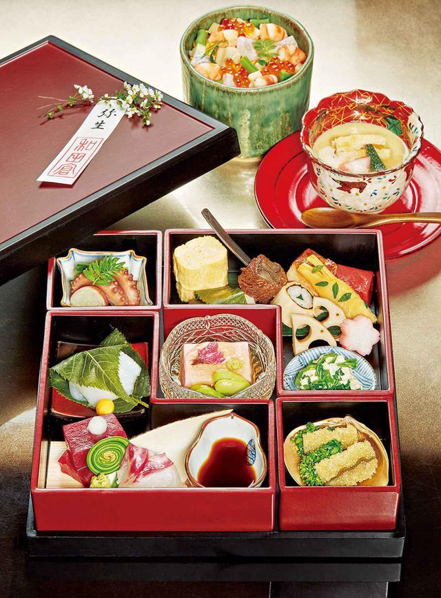 画像: 花見弁当「麗ーHARUKAー」¥6,500<先附、花見弁当、ちらし寿司、椀、水菓子>※ 2020年3月1日〜4月14日限定 お弁当は、左奥から時計回りに、イイダコの桜煮、出汁巻き卵、焼き魚、湯葉とせりの和え物、子持ちわかめ、菜の花のおひたし、お造り、桜の葛豆腐など(内容は一部変更あり)
