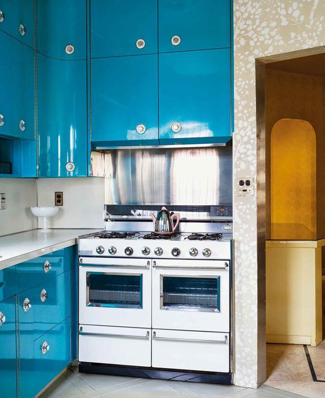 画像: キッチンのクラウン社製のレンジは特注品。キャビネットはルシールの愛車キャデラックと似た色で