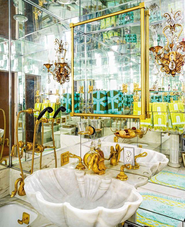 画像: 全面ガラス張りのバスルーム。アームストロングのお気に入りの場所だった。バスタブは大理石。シンクも大理石でアンティークの仏製バードバスを改造したもの