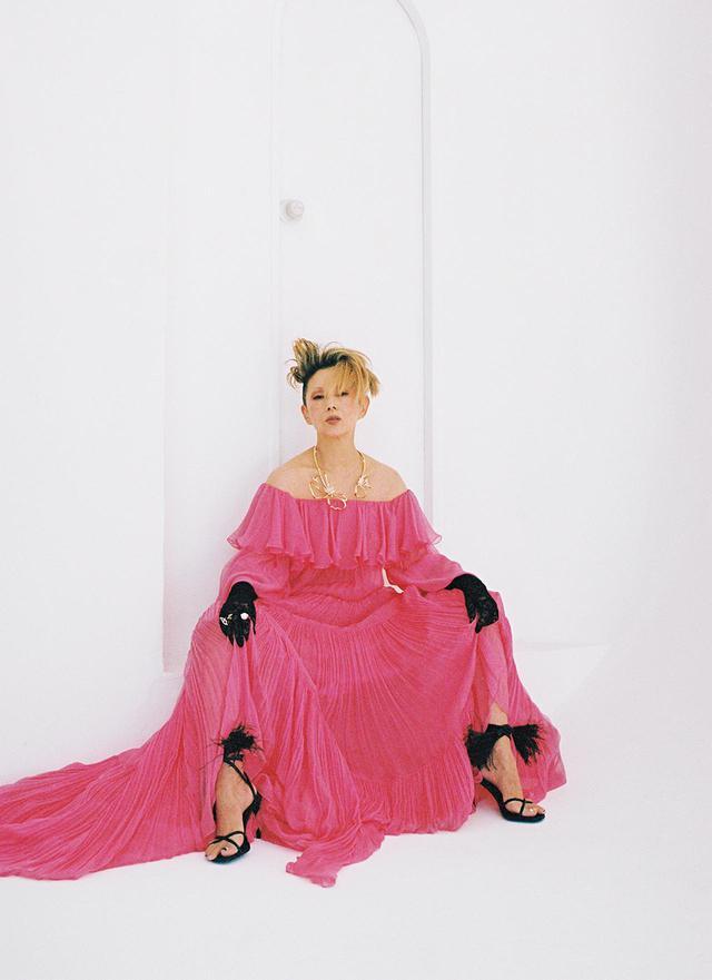 画像: 咲き誇るかのようなバラ色のドレスは、着る人の成熟した魅力と出会うとき圧巻の存在感を示す。 ロングドレス ¥1,200,000/ヴァレンティノ サンダル¥107,000/ヴァレンティノ ガラヴァーニ ヴァレンティノ インフォメーションデスク TEL. 03(6384)3512 「ぺタール」ネックレス<YG、ダイヤモンド> ¥28,000,000、リング(人さし指)「キャーンズ プラス ヴァンドーム」<YG、南洋真珠 白蝶、 ダイヤモンド>¥2,500,000、(薬指)「ジャルダン セクレ」<YG、ダイヤモンド> ¥1,200,000/リッツ パリ パー TASAKI TASAKI フリーダイヤル:0120-111-446 レースグローブ ¥2,900/ベビードール トーキョウ TEL. 03(5785)2507