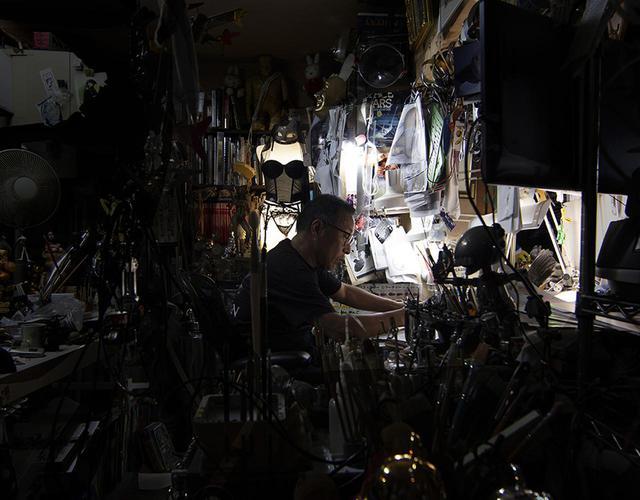 画像: 空山 基(HAJIME SORAYAMA) 1947年、愛媛県生まれ。広告代理店に勤務後、1971年よりフリーランスのイラストレーターとして活躍。「セクシーロボット」シリーズ(1978年から)で、世界的に知られるようになる。1999年にはソニーが開発したペットロボット「AIBO」のコンセプトデザインを担当し、グッドデザイン賞グランプリ、メディア芸術祭グランプリを受賞。写真は、東京にある空山のアトリエにて撮影。 http://sorayama.jp PHOTOGRAPH BY NANZUKA