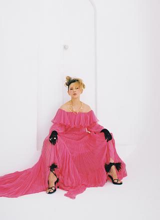 咲き誇るかのようなバラ色のドレス