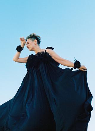 美しいドレープを描くブラックドレス