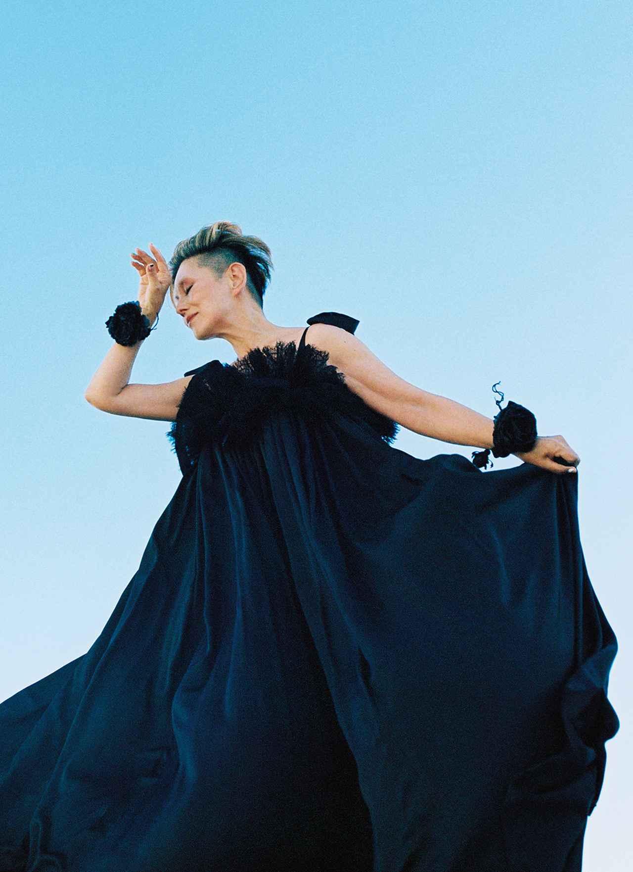 Images : 美しいドレープを描くブラックドレス