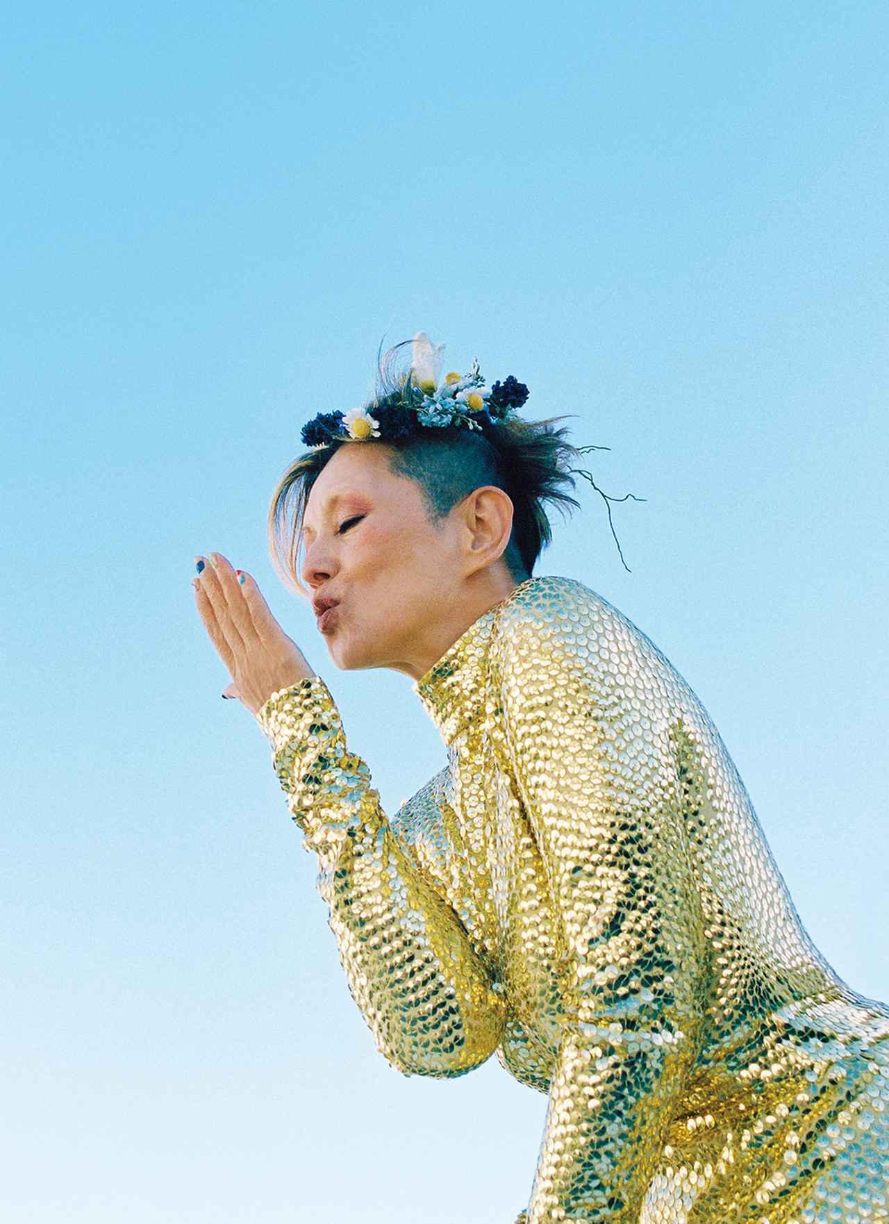 画像: 人生のステージの中央に自らの力で堂々と立つ。そんな女性だけに似合う総スパンコールのドレス。 ロングドレス ¥1,216,000(参考価格)/マーク ジェイコブス マーク ジェイコブス カスタマーセンター TEL. 03(4335)1711 花冠 ¥23,000/アトリエ染花 プランシュ TEL. 03(3499)6820