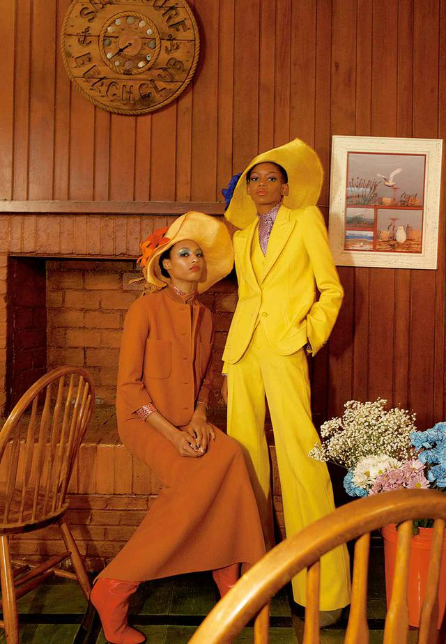 画像: (左)オークル色のジャケット、スカート、スパンコールをあしらったインナー、帽子、靴(すべて参考商品) (右)カナリアイエローのジャケット、ベスト、パンツ、パープルのブラウス、帽子、靴(すべて参考商品)/マーク ジェイコブス マーク ジェイコブス カスタマーセンター TEL. 03(4335)1711