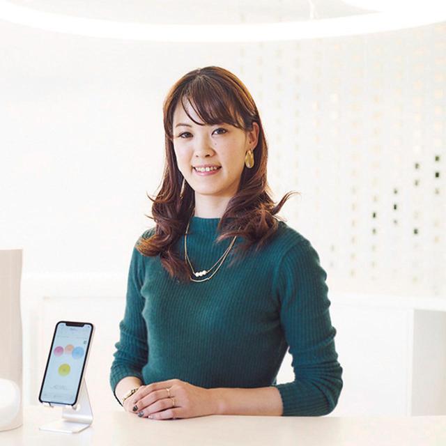 画像: 近藤美鈴(MISUZU KONDO) オプチューンのアプリやマシンなどのUX(ユーザーエクスペリエンス。製品やサービスを 通じて利用者が得る体験)開発に携わる。自身もエアクローゼットなどの定額サービスや、スマートスピーカーなどをいち早く導入。「新しもの好き。ミーハーなんです」と笑う PHOTOGRAPH BY SHINSUKE SATO