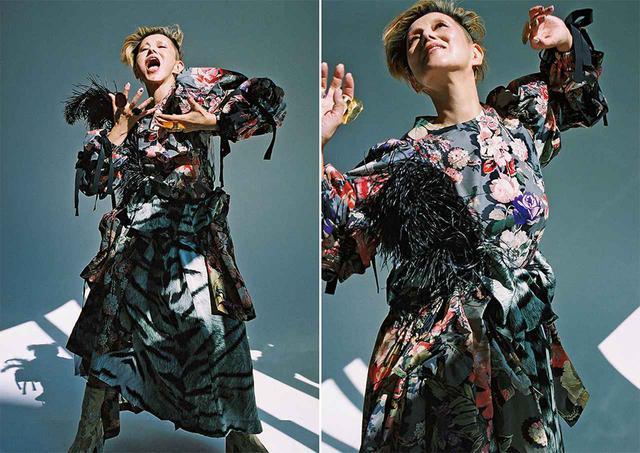 画像: トップス¥98,000、腰に巻いたロングコート ¥177,000、スカート ¥133,000、チュール アンダースカート ¥96,000、腰にさしたフェザーブローチ 各¥56,000、リング (右手、人さし指)¥44,000、(薬指)¥32,000、(左手、中指)¥44,000、ショートブーツ¥104,000/ドリス ヴァン ノッテン ドリス ヴァン ノッテン TEL. 03(6820)8104