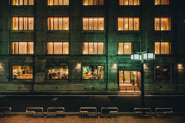 画像: ここはまるでロンドンかと思う印象、これがホテルの前景。右は控えめなエントランス、表には小さなホテルサイン