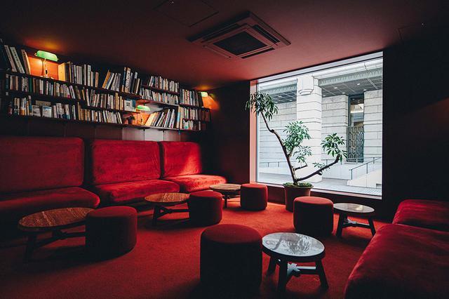 画像: シックでアンティーク感のあるライブラリーバー「青淵‐Ao」の一角。リラックスできる空間ではお茶や漢方にフォーカスしたカクテルも味わえる。営業時間は15:00〜25:00(LO 24:30)※ 月曜17:00~
