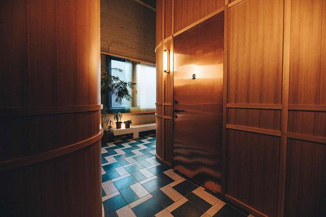 画像: 上質感のある客室フロア。懐かしさも感じるタイル張りの廊下は、窓に面しているため自然光が入り明るい
