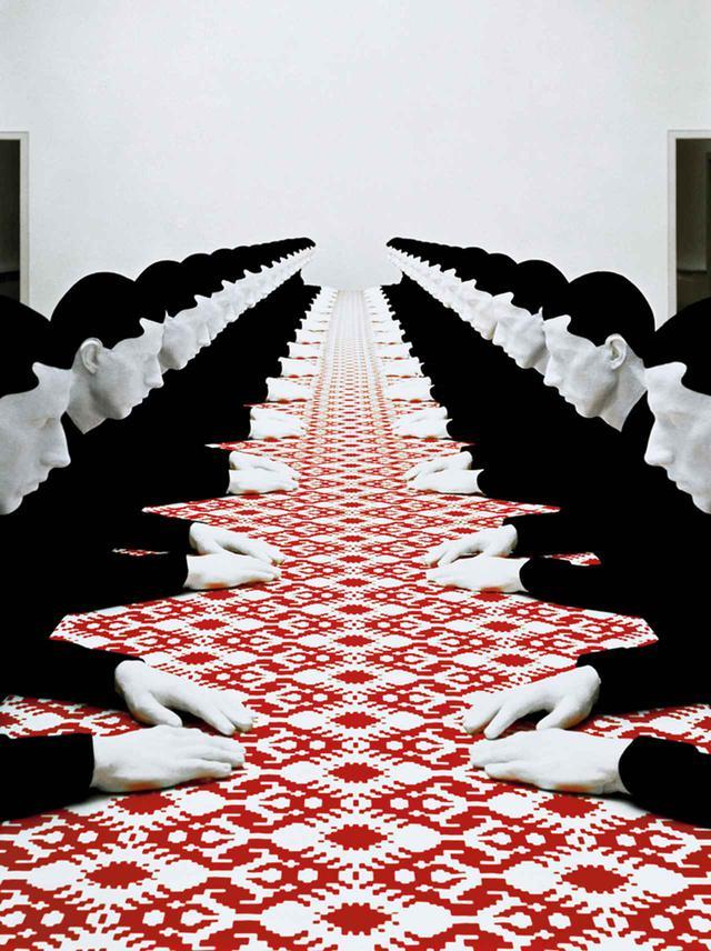"""画像: フリッチュの最も有名な作品のひとつの《Tischgesellschaft(食卓を囲む人々)》(1988年)では、32人の男性が座っている KATHARINA FRITSCH, """"TISCHGESELLSCHAFT/COMPANY AT TABLE,"""" 1988, POLYESTER, WOOD, COTTON AND PAINT © KATHARINA FRITSCH/VG BILD-KUNST, BONN/COURTESY OF MATTHEW MARKS GALLERY"""