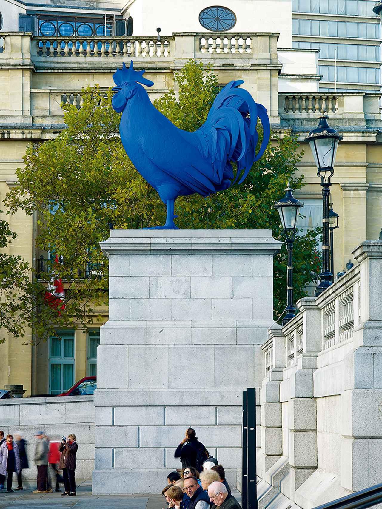 """画像: ロンドンのトラファルガー広場にあった《Hahn(雄鶏)》(2013年) KATHARINA FRITSCH, """"HAHN/COCK,"""" 2013, FIBERGLASS, POLYESTER RESIN, PAINT AND STAINLESS STEEL © KATHARINA FRITSCH/VG BILD-KUNST, BONN/COURTESY OF MATTHEW MARKS GALLERY"""