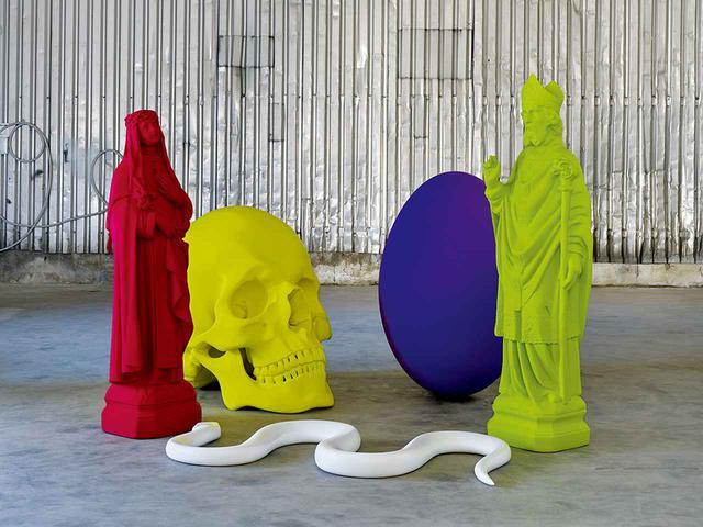 """画像: 《6. Stilleben( 6番静物)》(2011年)という作品には、キリスト教のさまざまなシンボルが含まれている KATHARINA FRITSCH, """"6. STILLEBEN/6TH STILL LIFE,"""" 2011, BRONZE, COPPER, EPOXY AND PAINT © KATHARINA FRITSCH/VG BILD-KUNST, BONN/COURTESY OF MATTHEW MARKS GALLERY"""
