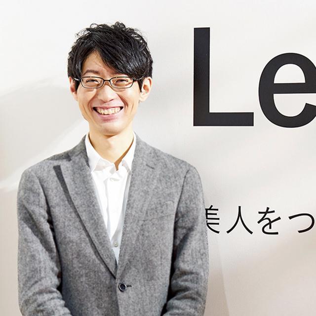 画像: 吉田 誠(MAKOTO YOSHIDA) ヤーマン ブランド戦略本部所属。大学では生命工学を専攻。そこから美容や健康の分野に興味をもつ。5年間、開発設計部に在籍した後、商品企画に。「自由にものが言える雰囲気ゆえ、試作品を酷評されることも。開発チーム以外も商品愛がアツい人が多いですね」 PHOTOGRAPH BY SHINSUKE SATO