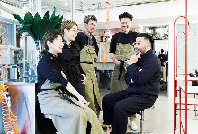 画像: スタッフとKENSHIN(右)。NPO法人「Japan Hair Donation & Charity」のファウンダーでもある。メディカル・ウィッグを、頭髪に悩みを抱える18歳以下の子どもたちに完全無償で提供している