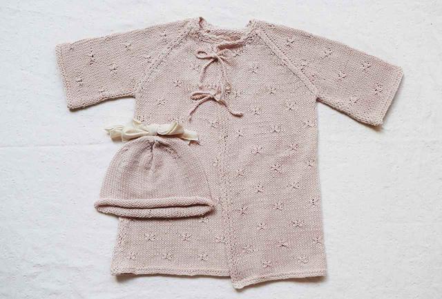 画像: ベビー服も人気。ベビードレスとリボンキャップのセット¥24,000