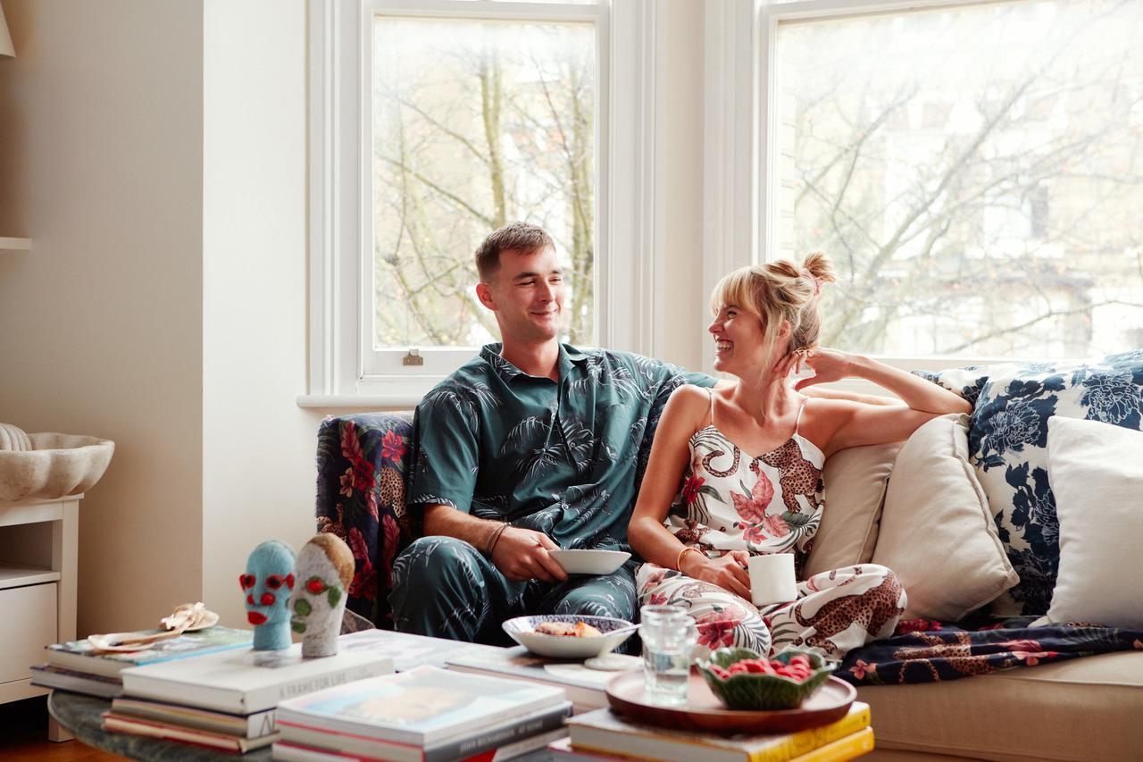 画像: ジュエル・ジェフリーとモリー・ゴダードは、英国のパジャマブランド「デスモンド&デンプシー」の共同経営者。写真は、ロンドンのブリクストンにある自宅にて撮影