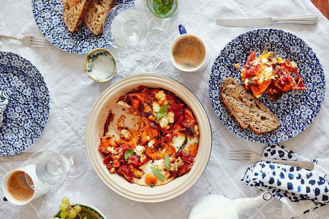 画像: サワー種のパンのトーストを添えた、卵料理。ひとつのオーブンポットで作れるので、片付けの時間も節約できる