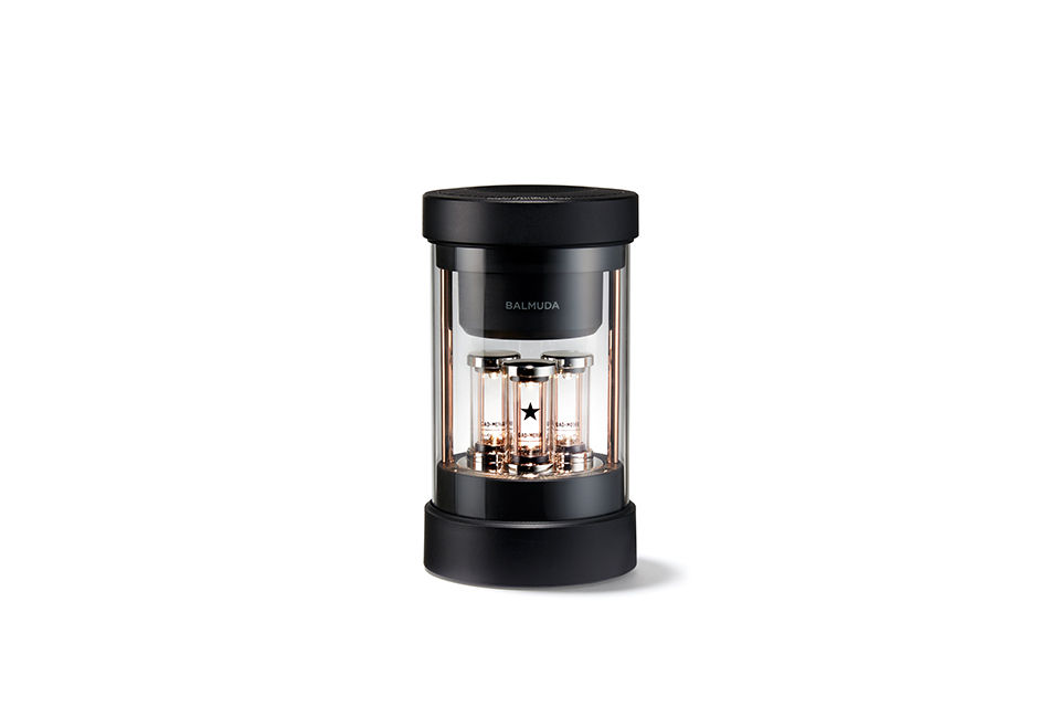 画像: 「バルミューダ ザ・スピーカー」 ¥32,000(6月中旬発売予定) <直径10.5×H18.8cm/1.0kg> Bluetooth®、AUX入力対応。バッテリー連続使用時間約7時間。 バルミューダ オンラインストア などで予約受付中 PHOTOGRAPHS: COURTESY OF BALMUDA