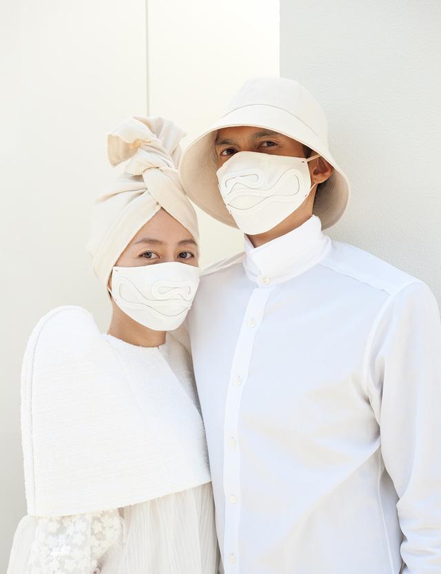 """画像: 幾田桃子(左)と千々松 由貴(ちぢまつ ゆたか) このキャンペーン用に制作したマスクを着用。「欧米では、マスクは重病の人や医療従事者のもの、かつ""""ダサい""""という意識が根強かったんです。アフターコロナにも、様々な感染症の予防に大切な習慣として、マスク着用を継続してほしい。また、世界中で使い捨てマスクを使用すると膨大なゴミが出ます。布マスクも併用し、できるだけゴミを増やさない努力も必要です」 http://momokochijimatsu.com PHOTOGRAPH BY KATSUHIKO KIMURA"""