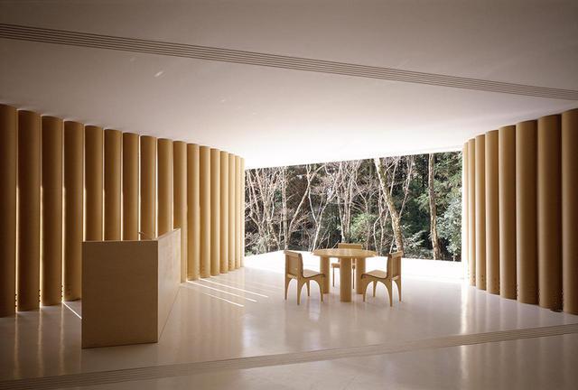 画像: 《紙の家》 坂の別荘として建てられた、紙管を構造体にした住宅。展覧会の会場には、建物の室内の一部を実物大で再現している © HIROYUKI HIRAI