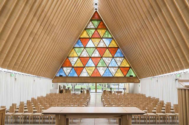 画像: 《紙の大聖堂》 2013年にニュージーランドを襲ったカンタベリー地震。街のシンボル的存在であったクライストチャーチ大聖堂も深刻な被害を受け、坂は、現地で調達可能な紙管とコンテナーを用いて、新たな仮設のカテドラルを作った ©STEPHEN GOODENOUGH