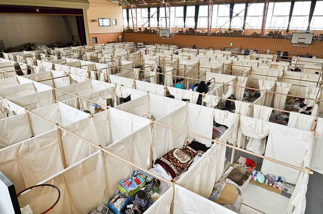 画像: 《避難所用間仕切りシステム》 紙管のフレームを繋ぎ、布を掛けるだけで簡単にできる間仕切り。2011年の東日本大震災、2016年の熊本地震、2018年の西日本豪雨の際の避難所などで利用された。坂は特定非営利活動法人「ボランタリー・アーキテクツ・ネットワーク」を立ち上げ、この間仕切りシステムの提供を行っている © VOLUNTARY ARCHITECTS' NETWORK